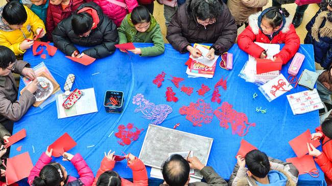 天津:学生剪纸作品迎猴年图片