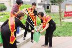 食品街社区 志愿者开展捡脏护绿活动