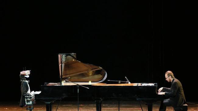 天津:机器人与钢琴家同台献艺