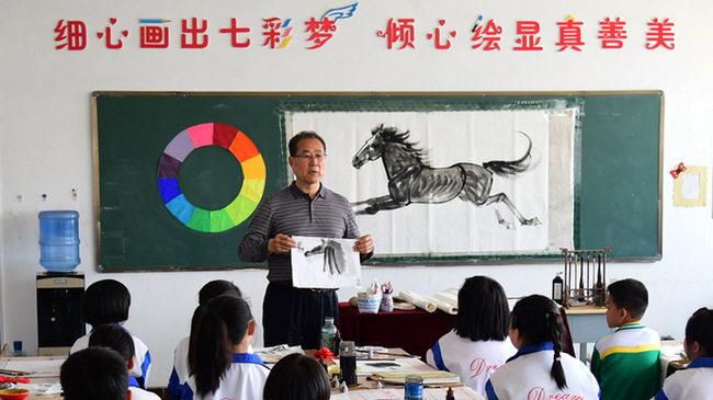 畫家(jia)宮春虎長期開展(zhan)公益培(pei)訓(xun) 弘揚(yang)中國傳統馬文化