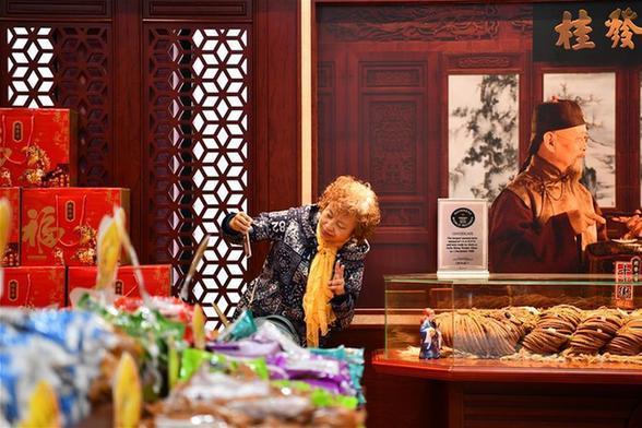 天津:巨型麻花引眾人分享