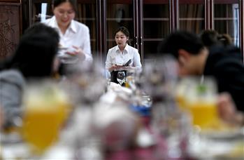 """學生和外教一起開""""西餐廳"""""""