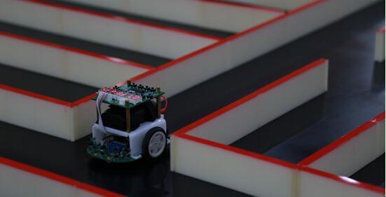 """电脑鼠走迷宫国际邀请赛 人工智能会""""走""""捷径"""