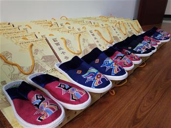 """抗""""疫""""民族情(qing)——43雙(shuang)西蘭卡普(pu)布鞋串(chuan)起的""""天施(shi)""""情(qing)"""