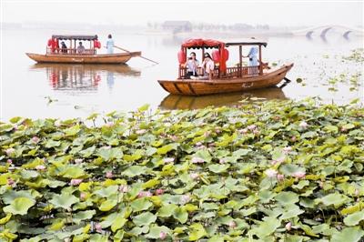 船在水中行 人在畫中遊