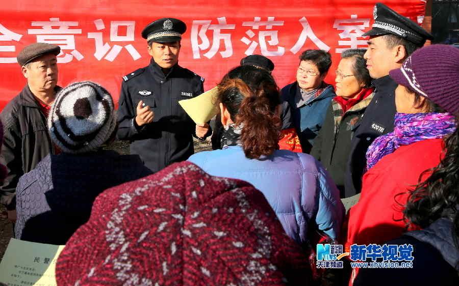 """""""平安天津志愿者""""与民警一同巡逻"""